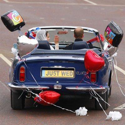Les mariés dans la voiture du Prince Charles