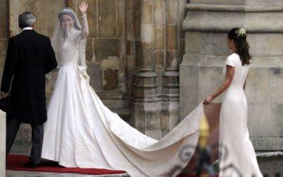 Kate salue la foule avant son entrée dans l'Abbaye