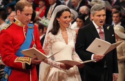 Les mariés chantent dans l'Abbaye avec le père de Kate
