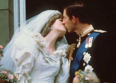 Le Prince Charles et la Princesse Diana s'embrassent sur le balcon