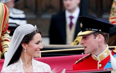 Les mariés se regardent dans le carrosse
