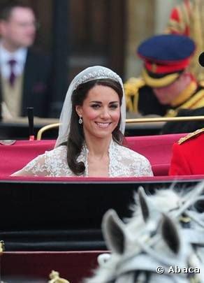 Kate souriante dans le carrosse