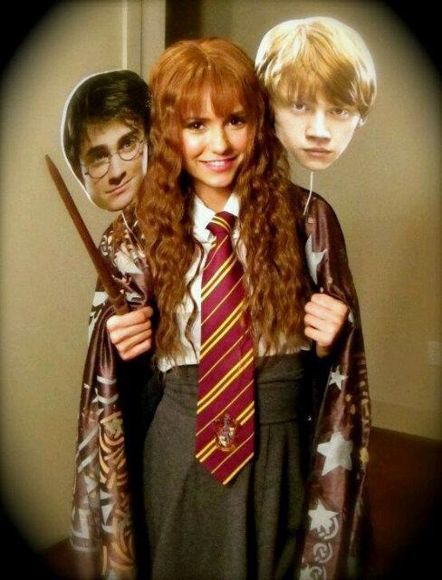 3O.1O.11 :  29.10.11 : Nina était à une fête d'halloween organisée par l'association de Ian Somerhalder. Elle était déguisée en Hermione (HP) + Une nouvelle photo twitter.
