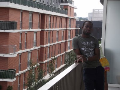 moi et ma ptit soeur sur mon balcon a PARIS