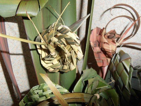 Fleurs tissés avec des feuilles de phormium - vannerie sauvage 2 -