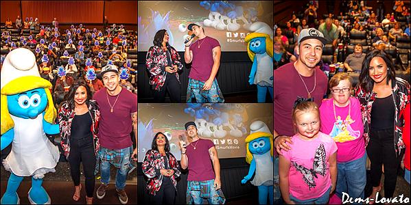 """25/03/17 - Demi s'est rendu dans un cinéma lors d'une projection du film """"Les Schtroumpfs"""" au Texas."""
