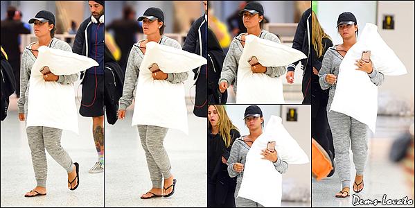 25/04/17 - Demi a été photographiée arrivant avec son oreiller à l'aéroport JFK de New York.