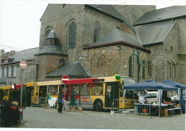 AU PIED DE LA COLLEGIALE SAINT-VINCENT:LE BUS DU BONHEUR LE 11 ET 12 DECEMBRE 2010