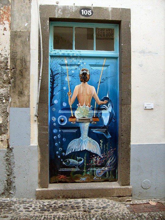 En approfondissant une recherche sur les portes peintes de Valloria proposées par Jossy