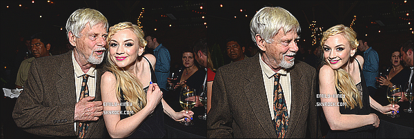 13/11/14 : Emily Kinney était présente à une soirée du temps des fêtes de AMC au restaurant Dominick's. - CA. J'aime bien les photos, même si j'aurais aimée en avoir plus. Sinon je l'a trouve magnifique! Un top pour la tenue et la coiffure de la belle !
