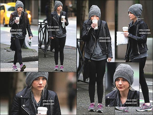 09/02/15: La magnifique Emily Kinney a été aperçue marchant dans les rues de la ville de Vancouver, au Canada. Elle était au Canada pour filmer dans une série nommée The Flash, où elle jouera le rôle d'une ''vilaine'' dans ce dernier. top pour la tenue!
