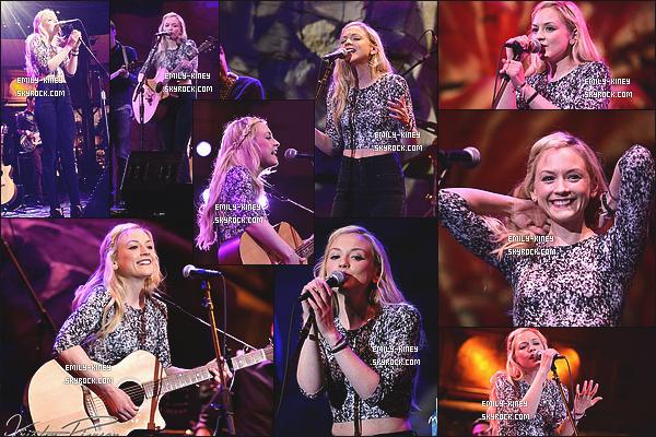 26/02/15 : Emily Kinney performant quelques unes de ses chansons au casino « Mohegan Sun », aux États-Unis. Je l'a trouve magnifique! Un top pour la tenue qu'elle portait lors de l'occasion. + Découvrez quelques photos avec les fans le jour même.