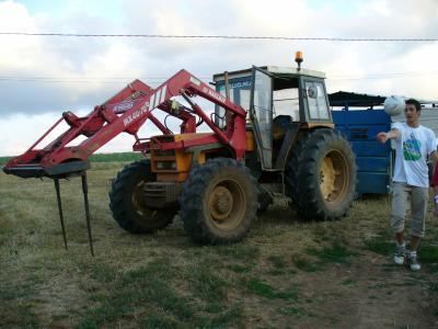 ca cest le tracteur renault avec une fourche mailleux mx40 70 dun copain