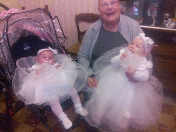 mes petite filles et ma mère  je jour du baptêmes