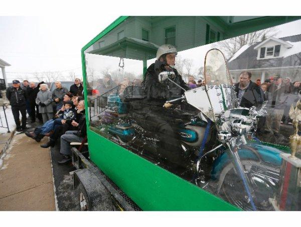 """On En Parle Dans Le Journal Lenorien: """"Il Se Fait Enterré Avec Sa Harley Davidson!"""""""