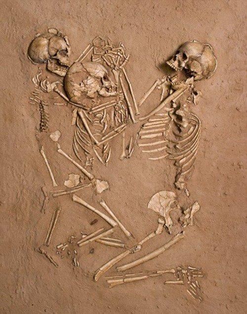 """Dans les Catacombes de Lenore / """"La Mère et Ses Enfants Enlacés"""""""