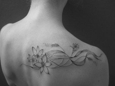 Tatouage fleur artistique.
