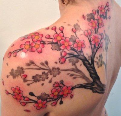 Tatouage arbre en fleur.