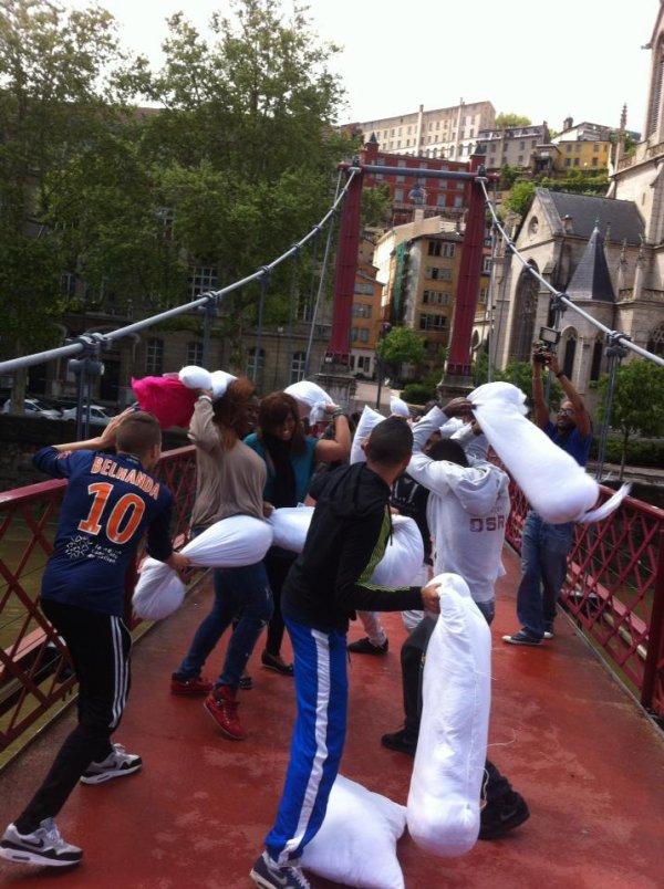 Grosse pillow fight party ( bataille de polochons) sur une passerelle