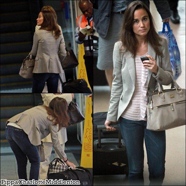 19 Juin 2011: Pippa arrivant à l'aéroport de Gatwick en Angleterre.