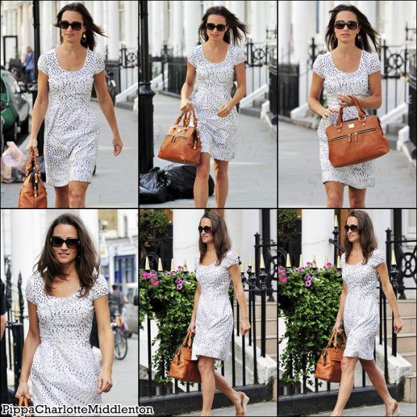 30 Juin 2011: Pippa se baladant dans le quartier de Notting Hill à Londres. ♥