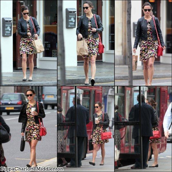 7 Juillet 2011: Pippa s'est rendue dans un Starbucks à Londres, puis elle à pris un bus.