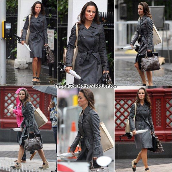 24 Août 2011: Dans la matinée Pippa est allée se chercher un café à Londres