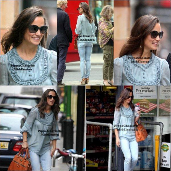 2 Septembre 2011: Pippa faissant son train train quotidien dans les rues de Chelsea.