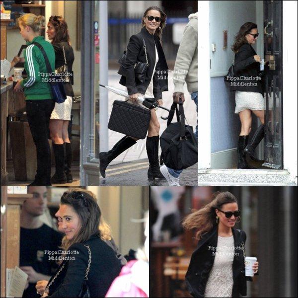 6 Septembre 2011: Pippa a bravée la pluie pour aller travailler, Londres.
