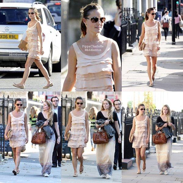 """28.09.11: Pippa sortant du """"Pain Quotidien"""" en face de chez elle dans la matinée."""