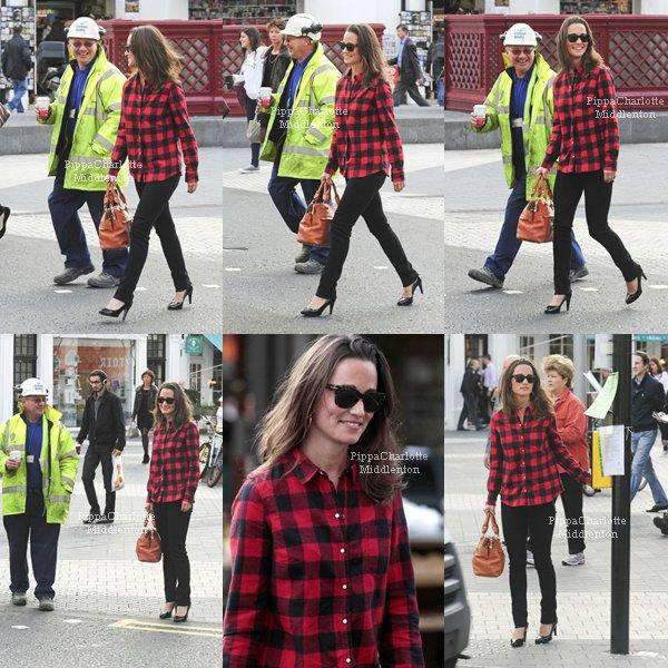 11.10.11: Pippa plaisantant avec un ouvrier sur le chemin de la maison. ♥