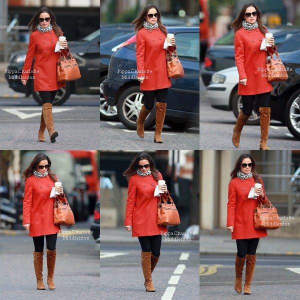 21.10.11: Pippa  quittant des bureaux dans le quartier de Chelsea.