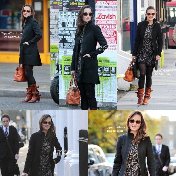 28.10.11: Pippa est allait travailler dans Kensington. Son sourire ♥