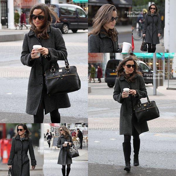 """02.12.11: Pippa est allée se chercher son petit déjeuner au """"Pain Quotidien"""" puis allant au boulot."""