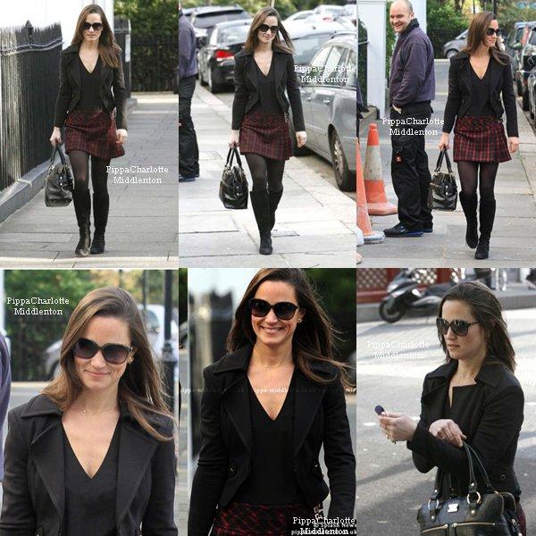 15.12.11: Pippa allant chercher son café, en plus on n'a le droit à un sourire