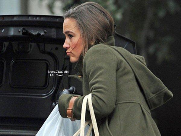 08.02.12: Hier en fin d'après-midi Pippa a été aperçus alors qu'elle rentrait cher elle après avec fait des courses.