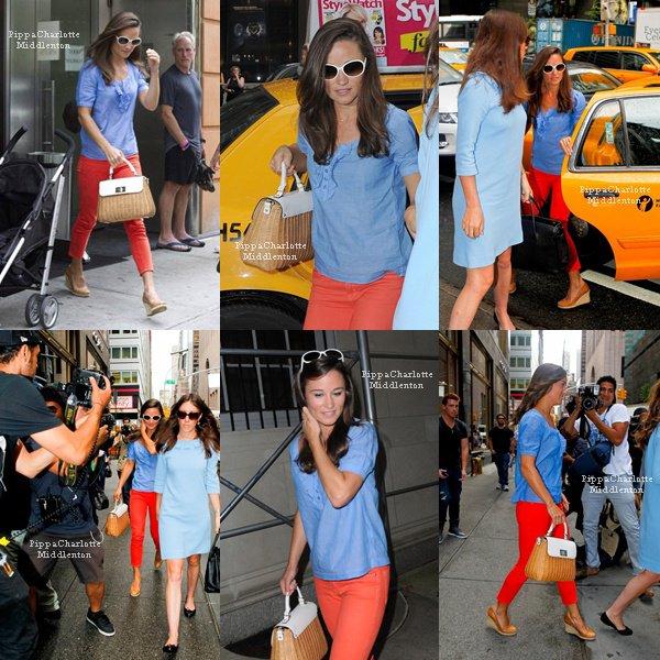 05.09.12: Pippa et une amie on pris leur petit déjeuner dans New York et on fait un peu de shopping.