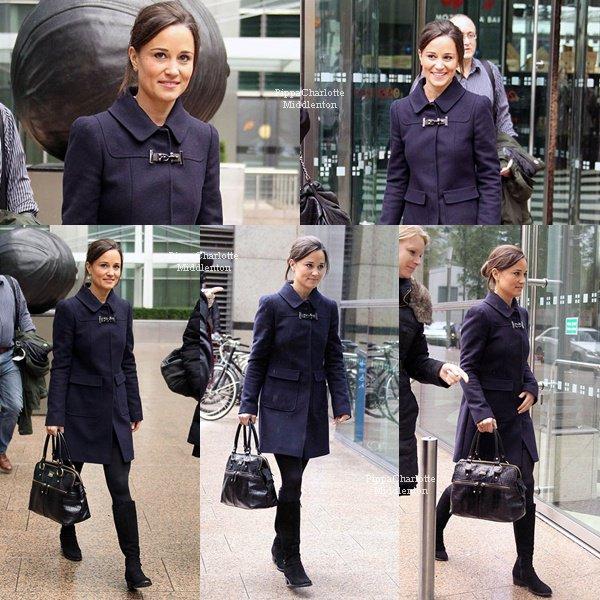"""26.10.12: Pippa continue la promotion de son livre elle s'est rendu à la librairie """"Canary Wharf"""" à Londres"""