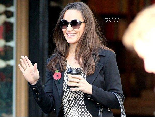 """07.11.12: Pippa s'est rendu à la librairie """"Daunt"""" dans Chelsea après être aller chercher un café. Le soir elle a été vu avec un ami."""