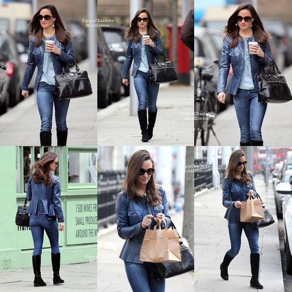 15.11.12: Pippa se baladant avec son café dans les mains et allant chercher son déjeunerà Londres