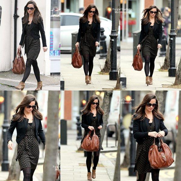"""06.12.12: Pippa est aller faire du shopping chez """"Marks & Spencer"""" dans Chelsea."""