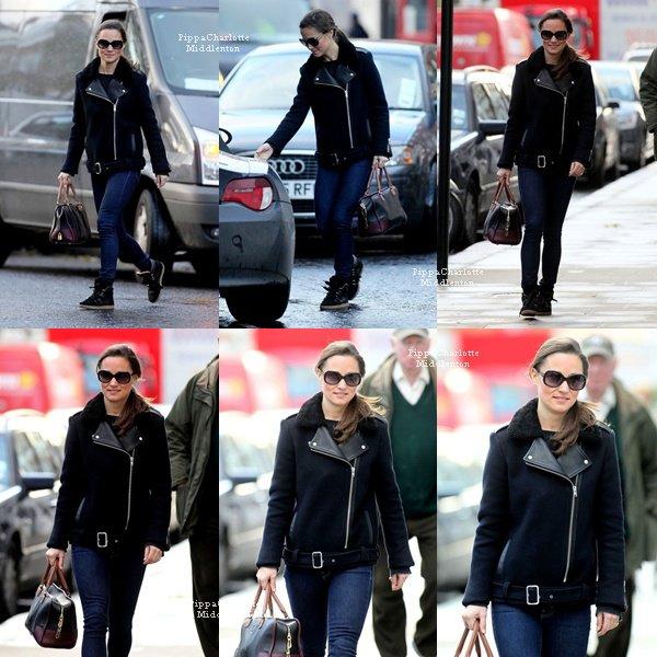 07.12.12: Pippa a enfin mis un pantalon pour se promener dans le centre de Londres.