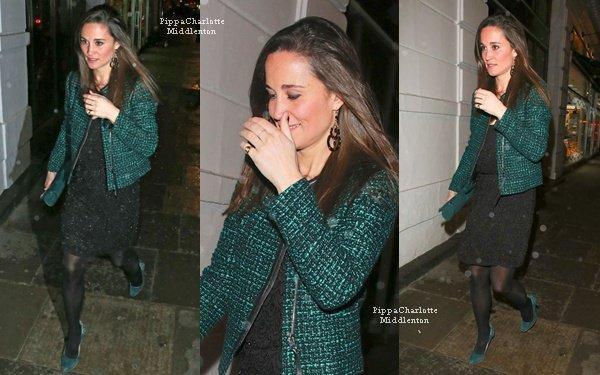 13.12.12: Pippa allant sous la pluie au club Brompton pour l'after party de la boutique Vicomte A