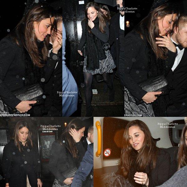 """19.12.12: Pippa quittant sous la pluie (encore) le club """"Tonteria"""" avec quelques amis à Londres."""