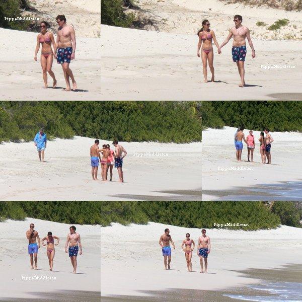 ??.02.13: Pippa et sont nouveau petit ami se promenant sur la plage de l'île Moustique.