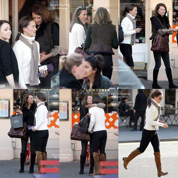 08.03.13: Pippa se promenant avec un ami dans les rues de Londres, elle a le sourire en tout cas.