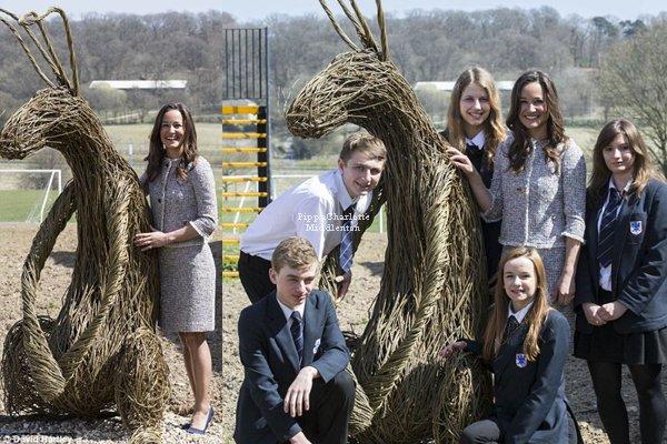 23.04.13: En tant qu'ambassadrice de l'école Mary Hare Pippa leur a rendue une petite visite.