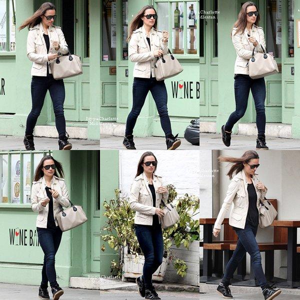 08.05.13: Pippa et son nouveau sac se promenant encore un fois dans le quartier de Kensington