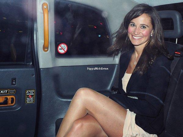 21.04.11: Pippa sortant d'une soirée en l'honneur des fiancailles de ses amis au Roof Gardens Club.