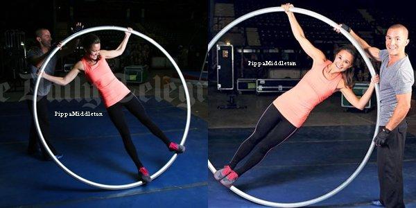 """Octobre 2013: Pippa s'est rendu dans les backstages """"Du cirque du Soleil"""" au  Metro Radio Arena à Newcastle"""